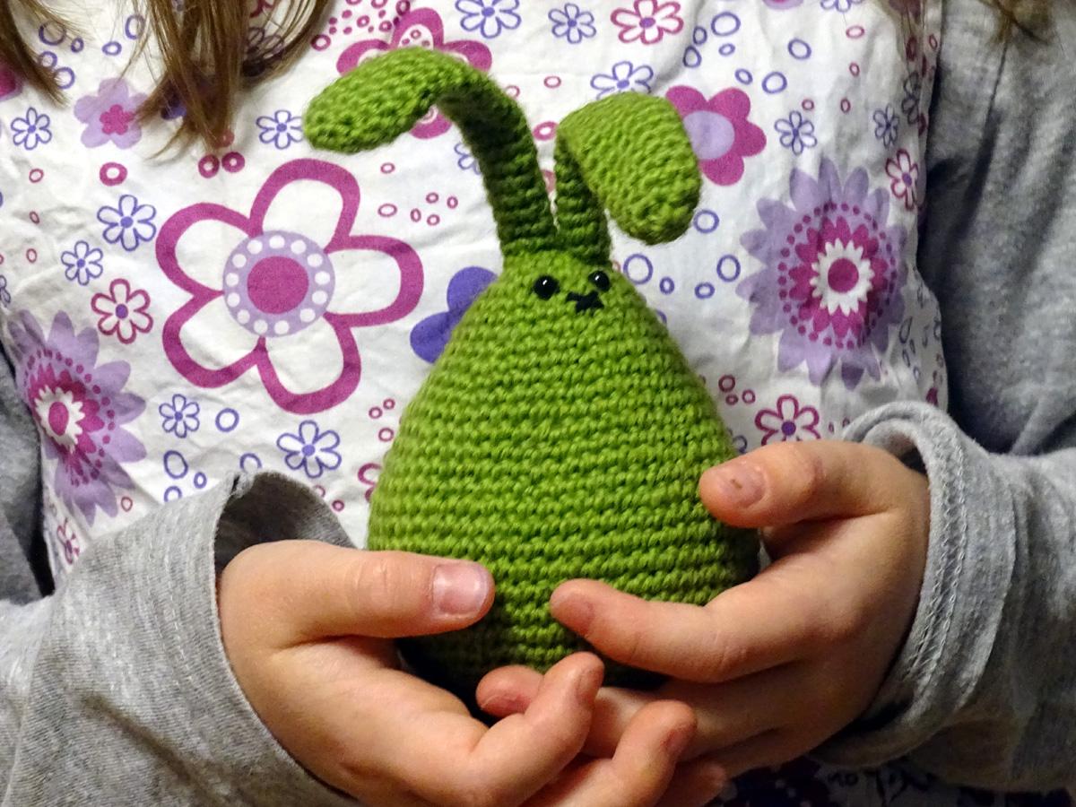 zielony szydełkowy króliczek, zrobiony ręcznie